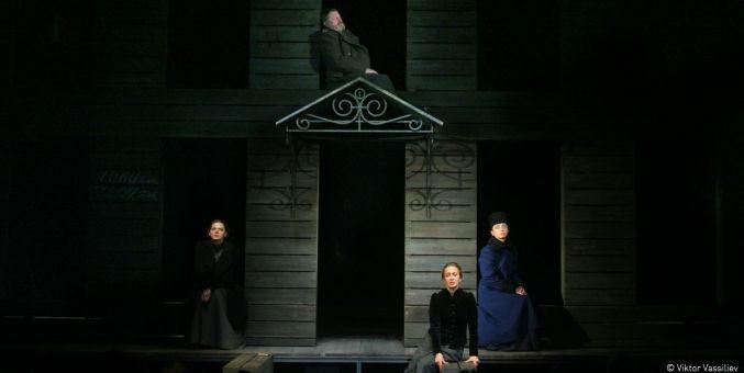 Trois soeurs tiraillées entre idéaux et désillusion.  (Viktor Vassiliev)
