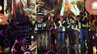 """Des """"gilets jaunes"""" à la 31e cérémonie des Molières le 13 mai 2019 à Paris. (ALAIN JOCARD / AFP)"""