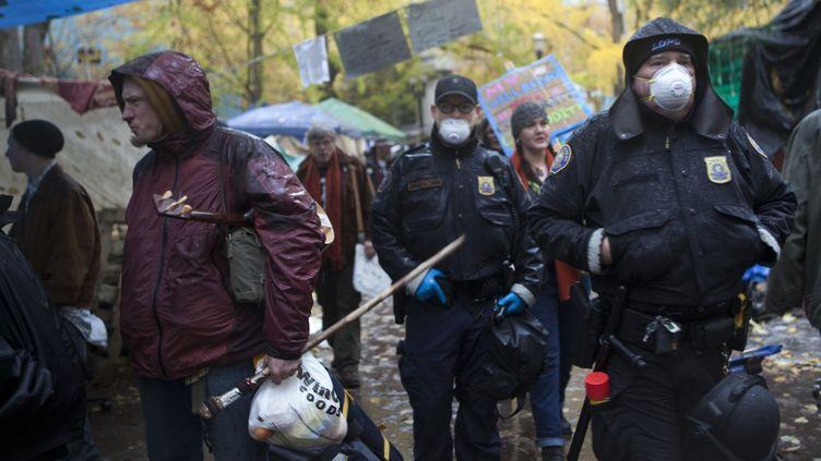 Des policiers patrouillent dans le camp de Portland, le 12 novembre 2011. (NATALIE BEHRING / GETTY IMAGES/ AFP PHOTO)