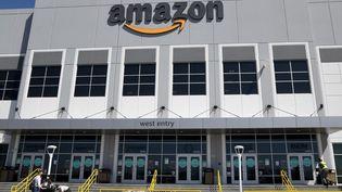 La façade d'entrée d'un site Amazon situé à Las Vegas (Etats-Unis), le 31 mars 2021. (ETHAN MILLER / GETTY IMAGES NORTH AMERICA)