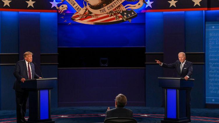 Le président américain Donald Trump et son rival démocrate Joe Biden lors du premier débat pour la présidentielle américaine, le 29 septembre 2020, à Cleveland (Ohio). (JIM WATSON / AFP)
