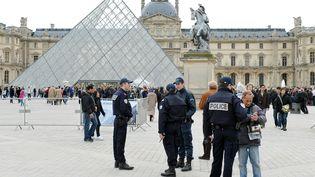 La police dans la Cour carrée du Louvre à Paris, lors de l'évacuation du musée après le signalement d'une bande de pickpockets à l'intérieur, le 11 avril 2013. (MIGUEL MEDINA / AFP)