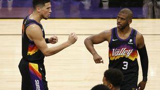 Devin Booker et Chris Paul célèbrent la victoire des Phoenix Suns face aux Milwaukee Bucks lors du match 2 de finale NBA, jeudi 8 juillet. (CHRISTIAN PETERSEN / Getty Images via AFP)