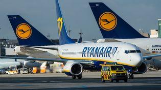 Un avion de la compagnie aérienne irlandaise à bas coûts Ryanair, le 2 novembre 2016 à Francfort, en Allemagne. (ANDREAS ARNOLD / AFP)