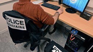 Une brigade spécialisée dans la lutte contre la cybercriminalité à Lyon, le 18 février 2020. (ST?PHANE GUIOCHON / MAXPPP)
