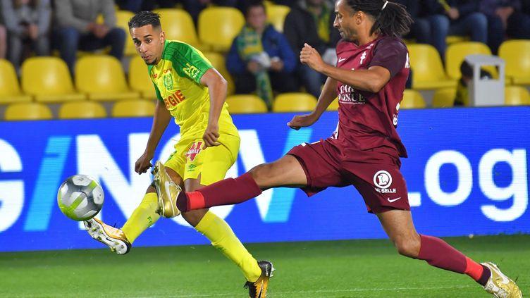 Le Nantais El--Ghanassy aux prises avec le défenseur messin Assou-Ekoto (LOIC VENANCE / AFP)
