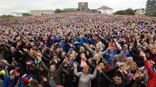 (Des supporters de foot islandais fêtent la victoire de leur équipe contre l'Angleterre (2-1) dans la capitale Reykjavik © SIPA /AP/SIPABrynjar Gunnarsson)