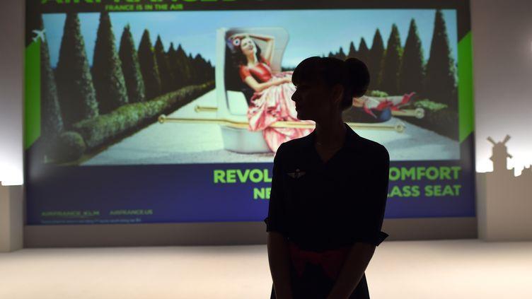 """Unehôtesse d'Air France, le 25 juin 2014, lors de l'exposition """"Air France, France is in the Air"""", à New York (Etats-Unis). (TIMOTHY A. CLARY / AFP)"""