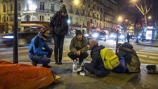 Des benevoles de l'association Action Froid discutent avec des sans abri lors d'une maraude à Paris le 21 janvier 2017. (/NCY / MAXPPP)