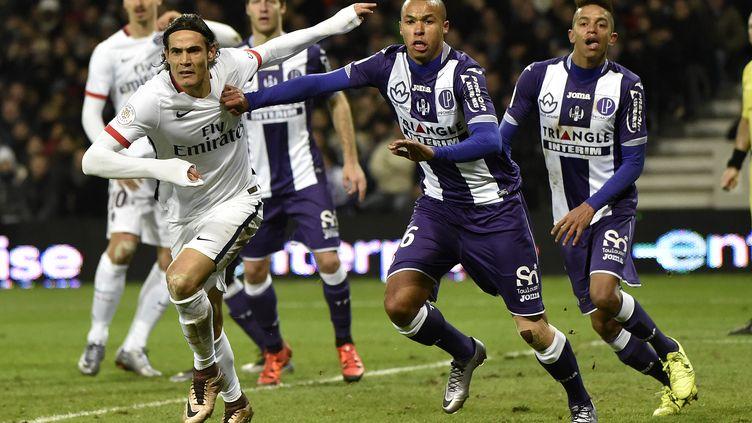 Edinson Cavani, l'attaquant uruguayen du Paris Saint-Germain, à la lutte avec le défenseur toulousain Marcel Tisserand.  (PASCAL PAVANI / AFP)