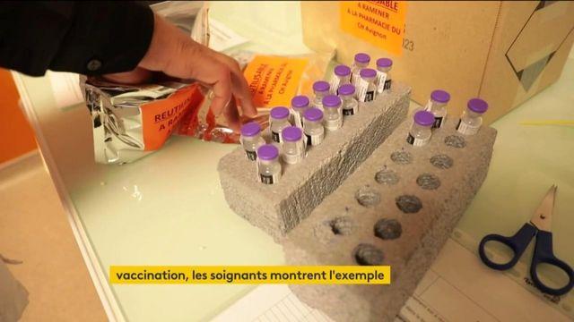 Vaccination contre le Covid-19 : les soignants montrent l'exemple