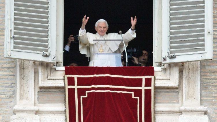 Le pape Benoît XVI célèbre sa dernière prière du dimanche, le 24 février 2013 place Saint-Pierre (Vatican). (ALBERTO PIZZOLI / AFP)