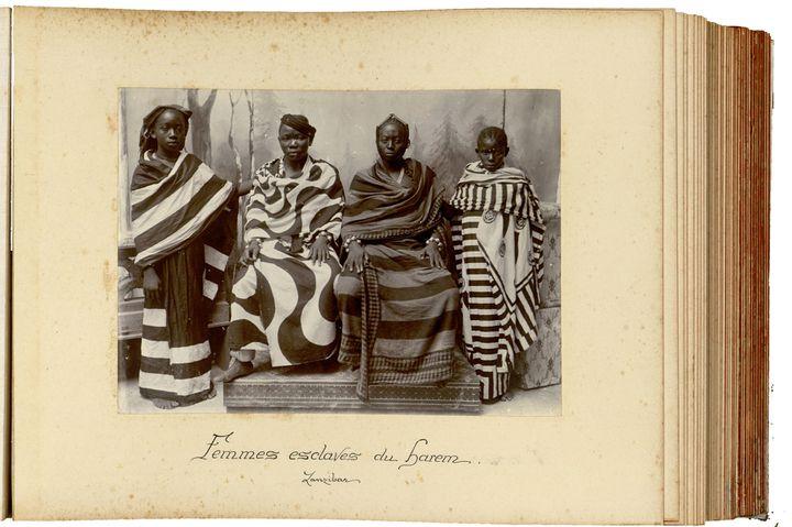 Femmes du harem du sultan de Zanzibar, vers 1890, anonyme (album de photographies sur la région de Zanzibar, Tanzanie)  (musée du quai Branly - Jacques Chirac)