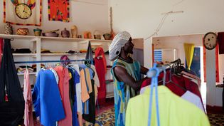 Babacar Kor,undisciple de la confrérie soufie Baye Fall dans un magasin de commerce équitableàNdem, au Sénégal, le 6 avril 2021. (REUTERS / ZOHRA BENSEMRA)
