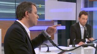 Marc Fauvelle, Renaud Dély : les deux animateurs des Informés du matin, sur le plateau à franceinfo le 27 janvier 2021 (FRANCEINFO / RADIO FRANCE)