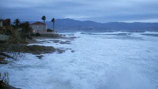 Les vagues frappent la côte à Ajaccio (Corse-du-Sud), le 11 décembre 2017. (PASCAL POCHARD-CASABIANCA / AFP)