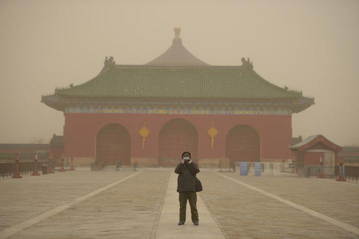 Un homme devant le temple de Tiantan à Pékin, le 15 mars 2021. (PENG ZIYANG / XINHUA)