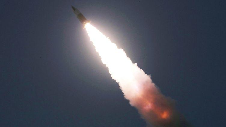 La photo d'un tir de missile dévoilée par l'agence de presse officielle nord-coréenne, le 22 mars 2020. (KCNA KCNA / X02538 / REUTERS)