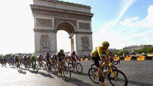 Le peloton du Tour 2016 mené par le Britannique Chris Froome sur les Champs-Elysées, le 24 juillet 2016. (MICHAEL STEELE / GETTY IMAGES EUROPE)