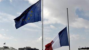 Les drapeaux français et européens sur le toit de l'ambassade française à Athènes. (ARIS MESSINIS / AFP)