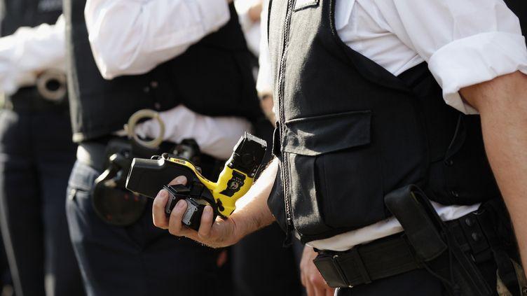 Amnesty International réclame des règles plus rigoureuses, le 15 févrieri 2012, concernant l'usage du taser par la police, aux Etats-Unis. (OLI SCARFF / GETTY IMAGES)
