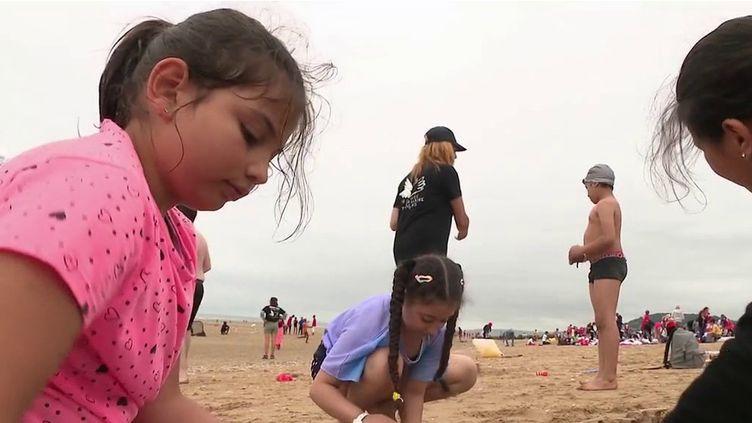 """5 000 enfants défavorisés se sont rendus sur les plages de Cabourg avec le Secours populaire, mercredi 18 août. Cette journée des """"oubliés des vacances"""" a lieu tous les ans à l'initiative de l'association.  (CAPTURE ECRAN FRANCE 2)"""