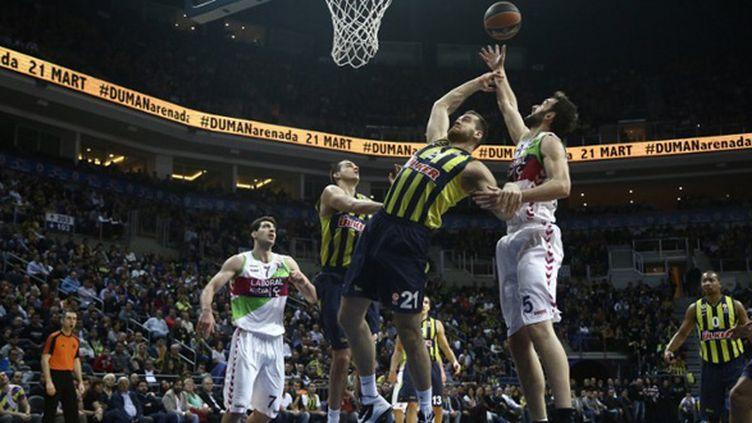 Oguz Savas (Fenerbahçe) face à Vitoria (ELIF OZTURK / ANADOLU AGENCY)
