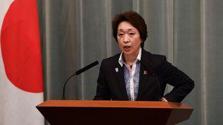 Seiko Hashimoto, alors ministre japonaise des Jeux Olympiques, le 17 septembre 2020 lors d'une conférence de presse à Tokyo. (CHARLY TRIBALLEAU / AFP)
