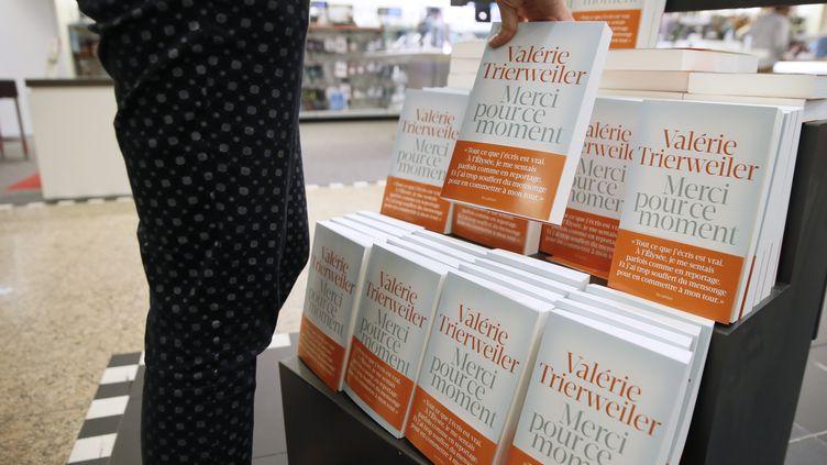 Une personne prend un exemplaire du livre de Valérie Trierweiler, le 4 septembre 2014, dans une librairie, à Paris. (PATRICK KOVARIK / AFP)