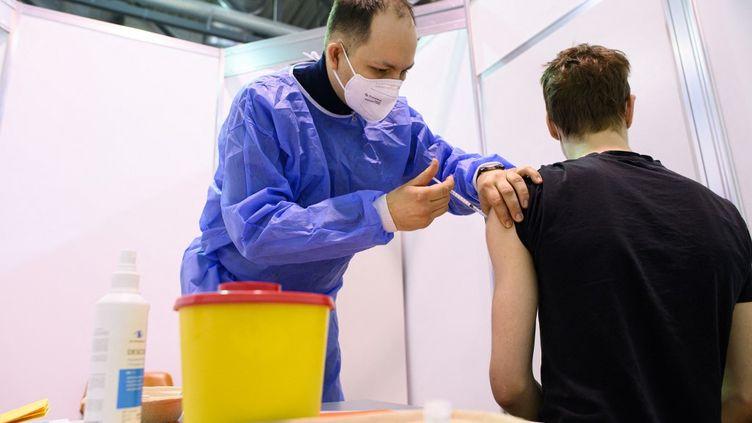 Vaccination contre le Covid-19 avec AstraZeneca à Dresden, en Allemagne, le20 mars 2021. (ROBERT MICHAEL / DPA-ZENTRALBILD / AFP)