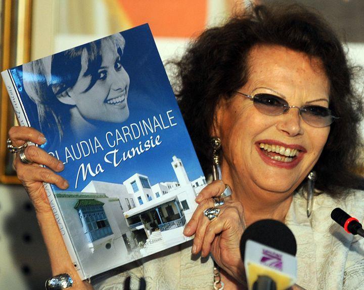 """L'actrice Claudia Cardinale, """"la plus belle Italienne de Tunis"""", présente son livre """"Ma Tunisie""""en juin 2009 à Tunis. (FETHI BELAID / AFP)"""