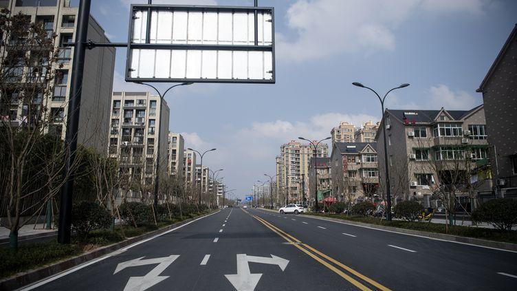 Une rue vide àHangzhou, à 175 kilomètres deShanghai (Chine),le 5 février 2020. (NOEL CELIS / AFP)