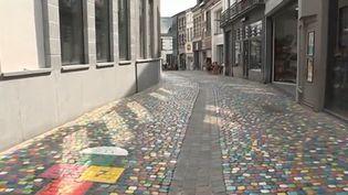 Peindre les pavés en couleur pour attirer les clients : c'est l'idée des commerçants d'une rue de la ville de Mons (Belgique). Ils veulent faire face à la concurrence des grandes surfaces et insuffler un nouvel élan. (CAPTURE D'ÉCRAN FRANCE 3)