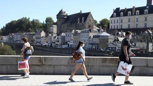 Dans une rue de Laval dans le département de la Mayenne où les cas de coronavirus ont baissé,le18 juillet 2020 (photo d'illustration). (GUILLAUME GEORGES / MAXPPP)