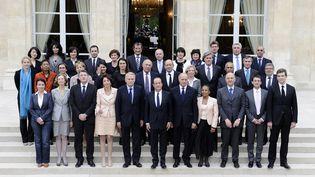 Le gouvernement de Jean-Marc Ayrault, photographié le 17 mai 2012 à l'Elysée, à Paris. (LIONEL BONAVENTURE / AFP)