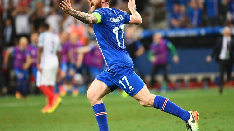 Le capitaine islandais, Aron Gunnarsson, célèbre la victoire de ses troupes sur l'Angleterre, le 27 juin 2016 à Nice (Alpes-Maritimes). (ANNE-CHRISTINE POUJOULAT / AFP)