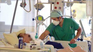 L'unité de réanimation du centre hospitalier de Haguenaudans le Grand-Est le 26 octobre 2020. (FRANCK KOBI / MAXPPP)