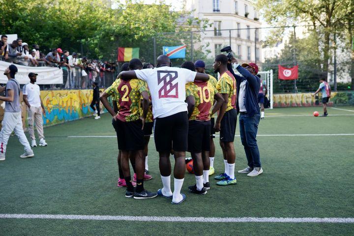 L'équipe du Cameroun se prépare pour la suite de la CAN de la Goutte d'Or, à Paris, le 1er juillet 2021. (PIERRE-LOUIS CARON / FRANCEINFO)