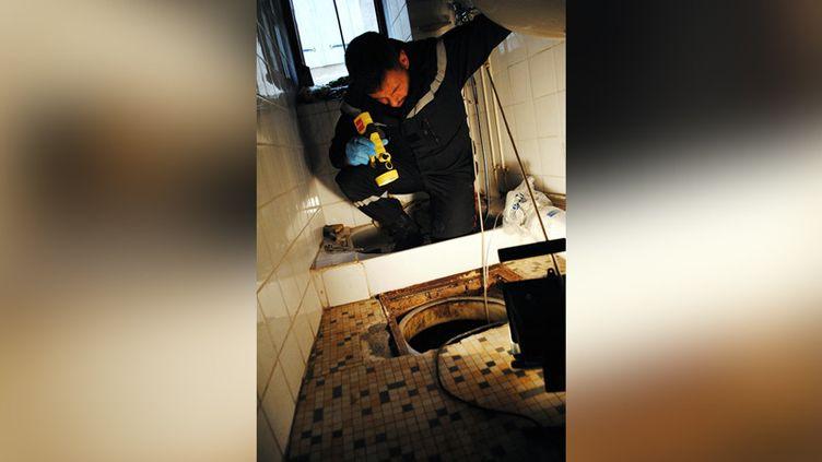 Photo postée sur la page Facebook des pompiers du Lot montrant une intervention chez un homme coincé dans une fosse septique. (SAPEURS POMPIERS DU LOT)