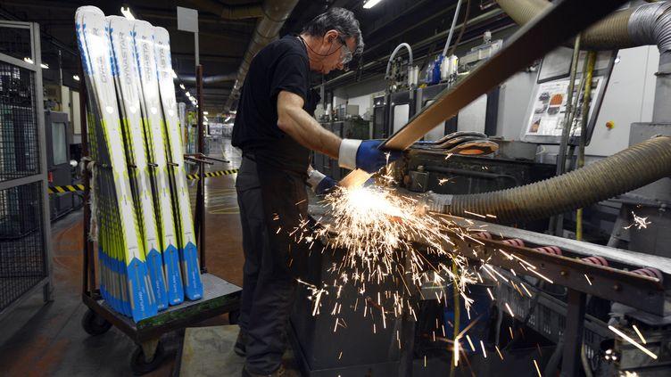 Un ouvrier travaille dans l'usine du fabricant de skis Rossignol deSallanches (Haute-Savoie) le 10 janvier 2013. (PHILIPPE DESMAZES / AFP)