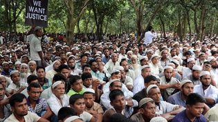Des milliers de réfugiés rohingyas participent à une manifestation au camp de Kutupalong, au Bangladesh, le 25 août 2018. (MOHAMMAD PONIR HOSSAIN / REUTERS)