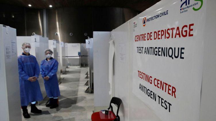 Des tests antigéniques sont pratiqués à l'aéroport de Roissy, en région parisienne, le 5 février 2021. (GONZALO FUENTES / POOL/ AFP)