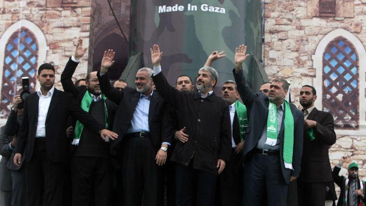 Environ 100 000 Palestiniens étaient rassemblés samedi sur la place de la Katiba, dans la ville de Gaza, pour assister aux célébrations du 25ème anniversaire de la création du Hamas. Le chef en exil du Hamas, Khaled Mechaal, effectuait vendredi sa première visite dans la bande de Gaza, gouvernée par le mouvement islamiste, foulant le sol palestinien pour la première fois depuis 37 ans. (MAHMUD HAMS / AFP)