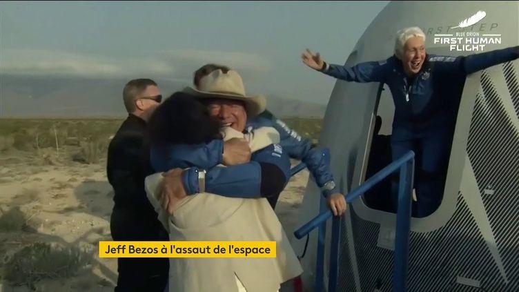 Jeff Bezos et Wally Funk heureux d'avoir réussi leur vol dans l'espace (FRANCEINFO)