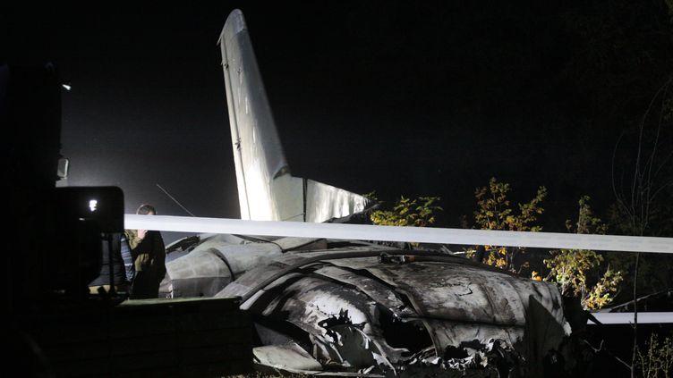 L'avion militaireAntonov-26 après son crash, le 25 septembre 2020, près de Kharkov, en Ukraine. (SERGEY BOBOK / AFP)