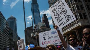 Des partisans de Bernie Sanders brandissent une pancarte à Philadelphie (Etats-Unis) le 24 juillet 2016, à la veille de la convention du parti démocrate. (NICHOLAS KAMM / AFP)