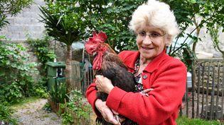 """Le coq """"Maurice"""" et sa propriétaire, Corinne Fesseau sur l'île d'Oléron (Charente-Maritime), le 5 juin 2019. La justice a tranché. Le coq pourra chanter... (XAVIER LEOTY / AFP)"""