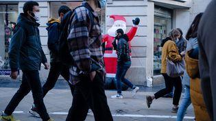Des personnes se déplaçant dans une rue piétonne de Bordeaux, le 12décembre 2020. (VALENTINO BELLONI / HANS LUCAS / AFP)