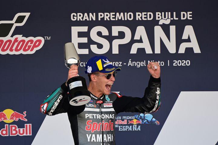 Le pilote français Fabio Quartararo de l'équipe Petronas Yamaha SRT, célèbre sur le podium sa victoire au Grand Prix d'Espagne en MotoGP sur le circuit de Jerez-de-la-Frontera en Espagne, le 19 juillet 2020. (JAVIER SORIANO / AFP)