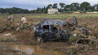 Une voiture détruite par les flots à La Londe-les-Maures (Var), vendredi 24 novembre 2014. (BERTRAND LANGLOIS / AFP)